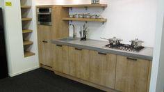 Keukenloods.nl - Rechte eiken keuken met betonnen werkblad, inclusief Boretti apparatuur. (Showroom: Amsterdam Zuid-Oost)