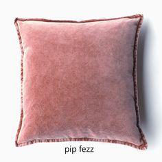 Stonewashed fluwelen kussens in schitterende tinten geven je interieur een warme sfeer! De kussens zijn van 100% katoen en voelen heerlijk zacht aan. #fluwelenkussen #fluweel #linnen #natuurlijkwonen Velvet Cushions, Throw Pillows, Fabric, Patterns, Vintage, Fashion, Tejido, Block Prints, Moda