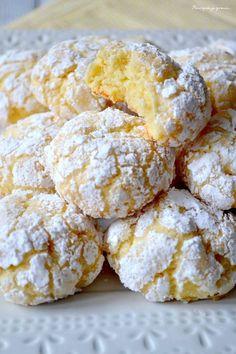 Biscuits moelleux au citron: 100g beurre mou+ 1 oeuf => battre; Jus d'un citron avec son zeste; 120g de sucre, battre; 1/2 sachet de levure chimique avec 300gr de farine à ajouter; frigo 30'. Puis prendre 1CS de pâte, à rouler dans un 1° temps dans du sucre semoule puis dans du sucre glace, Sur papier cuisson, former un rond de 4cm. espacer les boules. 15 minutes au frigo. Four 180°C, cuisson 15 minutes. C'est ok, craquant et tendre, mais + de citron la prochaine fois .