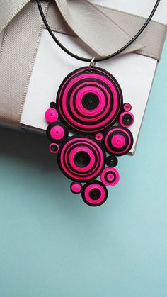 12 Awesome Paper Quilling Jewelry Designs To Start Today – Quilling Techniques Paper Quilling Earrings, Paper Quilling Flowers, Paper Quilling Designs, Quilling Paper Craft, Quilling Patterns, Paper Bead Jewelry, Fabric Jewelry, Paper Beads, Polymer Clay Jewelry