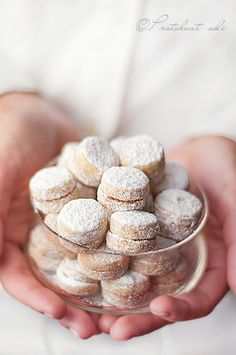 I don't think I have seen cookies like these before...look like shortbread sandwich cookies. Wish I could read the recipe.