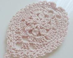 【桜コースター花びら2枚分の価格です☆】 オリジナル編み図で制作しております。キラキラとしたラメの入ったベビーピンクのコットン糸で編んでおります。 さくらの花びらが散らばったようで、食卓がパッと明るくなりますよ♪ 春のテーブルコーディネートに大活躍のフォトジェニックアイテム! おひな祭りのおよばれに持参しても喜ばれるかと思います(o^-^o)* サイズ 約 13.5 × 9 ㎝* 素材 : コットン糸* 優しく手洗いしてください。形が崩れた場合、中温のアイロンで整えてください。* ラッピング例は、展示ページをご覧ください。(商品の形状によって変わる場合がございます。どうかご了承くださいませ)* 丁寧に編んでいるつもりですが、一点一点手作りのため、多少のゆがみなどあるかもしれません。まことに申し訳ございませんが、ハンドメイドの温かみとご理解頂けますようお願い申し上げます。『桜ハンドメイド2018』☆aiのblogはこちらです☆http://kawaiiamiami.blog.fc2.com/