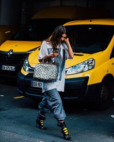 Paris Fashion Week is in full swing. See the best Paris Fashion Week street style from the shows circuit. All the Paris fashion week street style inspiration you need from the shows at PFW. Look Fashion, Fashion Outfits, Womens Fashion, Fashion Trends, Paris Fashion, Street Style, Street Chic, Streetwear, Oversized Graphic Tee