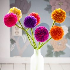 Pom pom flowers made of yarn. Makes a nice and long lasting bouquet. Tutorial in English and Swedish.