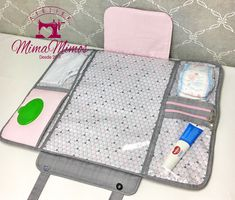 Best 12 Dette er oppskrifta eg har brukt for å sy mine stellevesker. Du treng: eit solid ytterstoff, feks dongrystoff, ca 1 meter. Diy Baby Gifts, Personalized Baby Gifts, Baby Crafts, Kit Bebe, Diaper Clutch, Small Sewing Projects, Baby Comforter, Baby List, Baby Diaper Bags