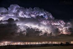 Tormenta eléctrica a lo largo de un frente frío en Florence, Texas. Alrededor de 30 minutos de rayos en una sola imagen