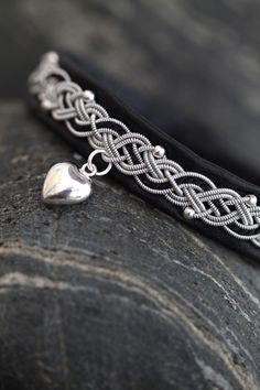 Lindas armband: Mellanbrett armband med pärlsilke, silverpärlor oc...