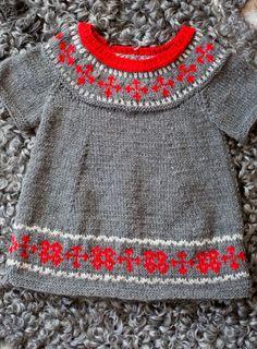 Strik en fin tunika med yndigt nordisk mønster - er farverne for julede så udskift dem blot med andre. Du får opskriften her!