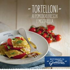 Per gli amanti dei ripieni, questo è un piatto da non perdere! Tortelloni pomodoro e mozzarella con pomodorini freschi e basilico. Tutto il gusto dell'estate.