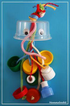 Medúza gyerekjáték (akár babakocsira, kiságyra is fellógatható, előtte érdemes fertőtleníteni őket) használt kupakokból egy kis madzag segítségével.