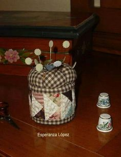 Pincushion tutorial, made from recycled tins Sewing Hacks, Sewing Crafts, Sewing Projects, Projects To Try, Diy Crafts, Sewing Kits, Paper Piecing, Pincushion Tutorial, Thread Catcher