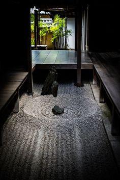 禅 Zen garden.the low lighting and darkness of this space is interesting.It could help Cate to fo Zen Garden Design, Japanese Garden Design, Japanese Interior, Landscape Design, Zen Design, Design Ideas, Japanese Garden Lighting, Japanese Sand Garden, Japan Landscape