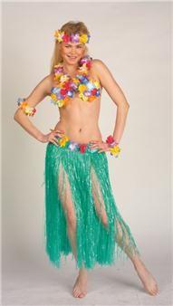 Ce déguisement de vahiné hawaïenne est particulièrement réussi ! Il est aussi très complet puisqu'il se compose d'une jupe à lanières, de deux bracelet, d'un serre-tête, d'un collier et d'un soutien-gorge, le tout décoré de fleurs !