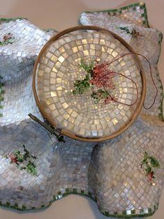 Ponto de Cruz feito em mosaico?feito com smalti e madrepérola.