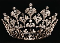 Boucheron, Part of the Greville Inheritance. Dismantled and remade in 1921 into the Boucheron Honeycomb tiara, which is sometimes called the Greville tiara. This one was known as the Ginko-Leaf tiara. British Crown Jewels, Royal Crown Jewels, Royal Crowns, Royal Tiaras, Royal Jewelry, Tiaras And Crowns, Jewellery, Boucheron Jewelry, Pageant Crowns