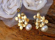 Joyas y bisutería de novia. Pendientes vintage de flores con perlas / Vintage earrings with Blossom flower - hecho a mano en DaWanda.es