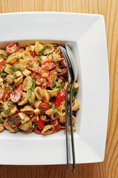 Sun-Dried Tomato Pasta Salad: For heat-wave days, don't eat your pomodoro sauce hot. Try a cold sun-dried tomato pasta salad with mozzarella, kalamata olives, and basil. Tomato Pasta Salad, Pasta Salad Recipes, Pesto Salad, Tortellini Salad, Chickpea Salad, Lunch Recipes, Cooking Recipes, Healthy Recipes, Healthy Lunches