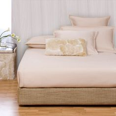 Give your bedroom a new look with this attractive bed set. This kit includes a king-size box spring cover and a platform conversion kit in a great finish.