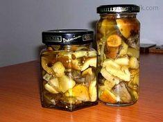 Očištěné houby nakrájíme dle zvyklostí - my rádi větší kusy. 5 minut povaříme ve vroucí hodně osolené vodě a necháme okapat.Svaříme nálev.Houby... Pickles, Cucumber, Mason Jars, Food And Drink, Canning, Mason Jar, Pickle, Home Canning, Zucchini