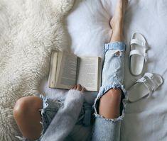 Las etiquetas más populares para esta imagen incluyen: book, jeans, bed y white