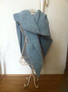 Mijn omslagdoek, wol van de Zeeman, (5st 100 gram Julia€1,99 80%acryl 20% wol) de punt opgemeten, waar ik hem ongeveer wilde op mijn rug.. Begonnen met 3 steken en aan 1 kant telkens 1 steek gemeerderd. Alleen rechte steken gebreid. Ik heb breipen 6 gebruikt. Op de wol staat welke pen je t beste kunt gebruiken. Mijn lengte is 80 cm 132 steken. Ik ben niet super lang vandaar. Je kunt er nog een randje aan haken of met draadjes voorzien. Ik hou hem denk ik zo. Saskiapassion