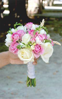 Bouquet de mariée romantique à 39€ - Rose blanches, Roses branchues, blé, Freesias blanc Wedding Bouquets, Wedding Flowers, Corsage, Flower Power, Marie, Table Decorations, Art Floral, Beautiful, Boyfriends