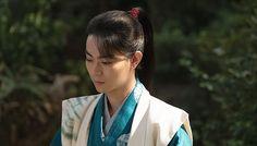 龍潭寺で直親(三浦春馬)の十三回忌法要が執り行われ、直虎(柴咲コウ)は虎松(菅田将暉)と6年ぶりの再会を果たす。