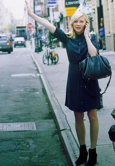 Kirsten Dunst looking very busy with a classy and simple dress.   Stay simple !