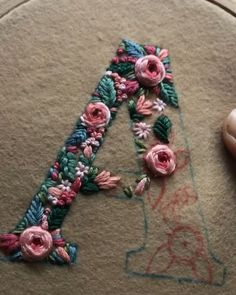 Broderie Stickbuchstaben Tutorial Monogramme 60 Ideen Your Attitudes Are The Clothes Of You Hand Embroidery Stitches, Crewel Embroidery, Embroidery Hoop Art, Cross Stitch Embroidery, Embroidery Ideas, Floral Embroidery, Modern Embroidery, Knitting Stitches, Simple Embroidery