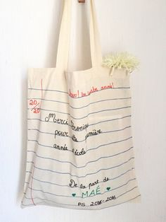 {DIY} The special mistress tote bag! Tods Bag, Sac Tods, Teacher Gift Baskets, Teacher Gifts, Sewing Tutorials, Sewing Projects, Sewing Patterns, Diy Cadeau Maitresse, Diy Tote Bag