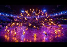 """Uno dei momenti più emozionanti della cerimonia di apertura delle Olimpiadi 2012 a Londra: 204 """"petali"""" in rame (uno per nazione partecipante), che si avvicinano tra loro fino a formare un unico braciere olimpico."""