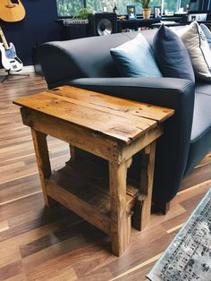 Unique Professional Wood End Table Plans Like These Ideas? Visit Us For More Wood End Table Ide Pallet End Tables, Rustic End Tables, Small End Tables, Diy End Tables, Side Tables, Wooden Side Table, Homemade Furniture, Diy Pallet Furniture, Western Furniture