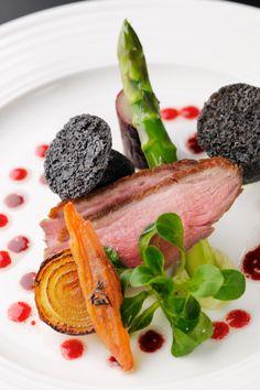 2014ウエディングセレクトメニュー│鴨胸肉と黒トリュフに見立てたジャガイモフリットとアスパラ トリュフ風味のヴィネグレットソース