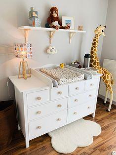 Ready for Baby! Die Hemnes Kommode von Ikea lässt sich mit Deko, neuen Knöpfen und sanftem Licht in eine schöne Wickelkommode verwandeln! #kinderzimmer #babyzimmer #wickeltisch #einrichten #COUCHstyle Ikea Baby Room, Ikea Baby Nursery, Baby Bedroom, Baby Room Decor, Nursery Room, Ikea Bedroom, Baby Zimmer Ikea, Toilet Room Decor, Baby Room Design