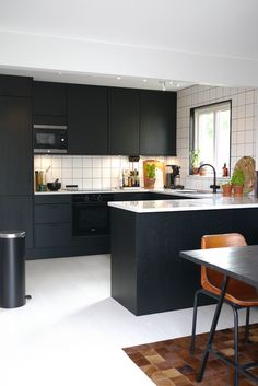 h[emma]gjord - svart kök Kitchen Sets, Home Decor Kitchen, Kitchen Living, Kitchen Furniture, New Kitchen, Kitchen Interior, Interior Design Living Room, Kitchen Design, Minimalist Kitchen