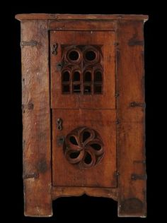 """Gothic cupboard or """"aumbry"""" in walnut. Germany. 1st half of the 15th C"""
