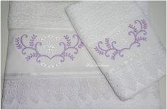 Jogo de toalhas bordadas.  Acabamento em guipir.  <br><br>Composto de 1 toalha de rosto e 1 toalha de lavabo.<br><br>Frete sob consulta.