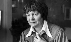 Iris Murdoch (1919-1999) fue una escritora y filósofa irlandesa, mejor conocida por sus novelas, en las que combina una rica caracterización con animados argumentos, involucrando, por lo general, temas de índole moral o sexual. En 1987, fue nombrada Dama Comandante de la Orden del Imperio Británico.