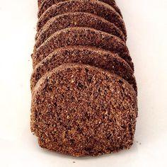 Pão proteico rico em fibras e low carb para o café da manhã de domingo     Pão de chia com linhaça  Ingredientes  1 xícara de chia  1 xícara de linhaça  2 ovos  4 claras 2 colheres de sopa de azeite 2 colheres de sopa de óleo de coco 2 colheres de sopa de fermento em pó  1/2 colher de chá de sal Água  Preparo  Pre aqueça o forno a 180ºC e unte um forma de pão com óleo de sua preferência.  Bata a chia com a linhaça no liquidificador até virar uma farinha. Despeje em uma vasilha grande com os…