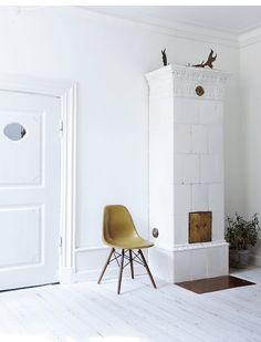 total white corner in this ecletic scandinavian interior Italian Interior Design, Entry Way Design, Scandinavian Home, Living Room Interior, Interior Design Inspiration, Interior Decorating, Home Decor, Furnitures, Door Sixteen