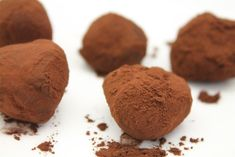 Csoki trüffel golyók kakaóporba forgatva, tálcán