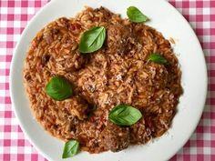 De lekkerste risoni met tomatensaus en gehaktballetjes maak je gewoon zelf. Bekijk dit lekkere pasta recept op AllesOverItaliaansEten.nl!