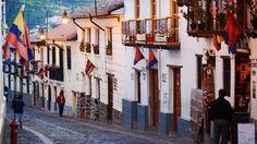 Si quieres revivir una noche de la época colonial, entonces debes visitar el barrio La Ronda.  Ahí se dice que nació Quito. Además del atractivo de caminar por allí, se puede beber el famoso canelazo. No te olvides de acompañarlo con algunas de las variadas delicias gastronómicas de la ciudad. Saborea Quito, saborea Ecuador.
