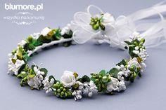 Śliczny wianek komunijny, który swoim designem nawiązuje do uroków natury. Kompozycja składa się wielu zielonych elementów, tj. listków, pęków kwiatów, szyszek. Całość wykończona jest wdzięcznymi, białymi różyczkami. Wianek wygląda jak żywy. Polecamy! | Cena: 85,00 zł | Link do sklepu: http://tiny.pl/g7lr3