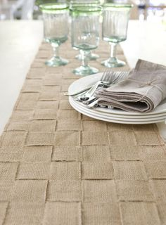 Lovely burlap table runner (plus 6 other burlap crafts)