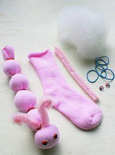 Aquela meia que não serve mais pode virar uma lagarta bem fofa! Basta estufa-la, usar ligas para fazer o corpinho e usar limpadores de cachimbo para fazer as antenas. Bem fácil! #DIY