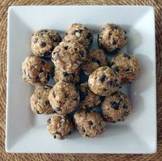 Healthy energy bites that taste just like peanut butter oatmeal cookie dough! Healthy energy bites that taste just like peanut butter oatmeal cookie d Peanut Butter Energy Balls Recipe, Peanut Butter Oatmeal, Protein Snacks, High Protein, Peanut Snacks, Protein Bites, Healthy Protein, Snack Recipes, Cooking Recipes