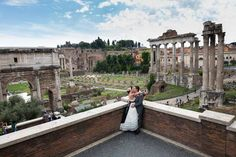 Kissing at the Roman Forum. Wedding photo session by Andrea Matone.