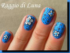 White flower with dots on sky blue - Raggio di Luna Nails