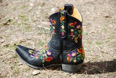Old Gringo black short ones. Old Gringo Boots, Painting Leather, Glass Slipper, Southwestern Style, Black Shorts, Vintage Looks, Me Too Shoes, Cowboy Boots, Gypsy